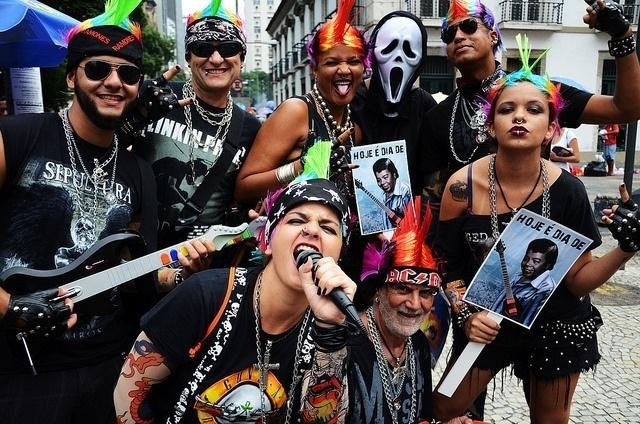 02.mar.2014- Foliões capricham nas fantasias durante baile do Cordão do Boitatá no Rio