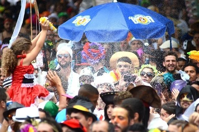 02.mar.2014- Público assiste apresentação do Baile Multicultural do Cordão do Boitatá no Centro do Rio
