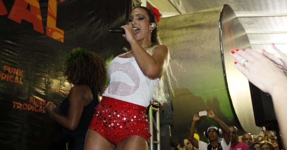02.mar.2014- Valesca Popozuda se apresenta em camarote da Sapucaí durante desfile do Grupo de Acesso do Rio. A cantora empolgou o público com o sucesso