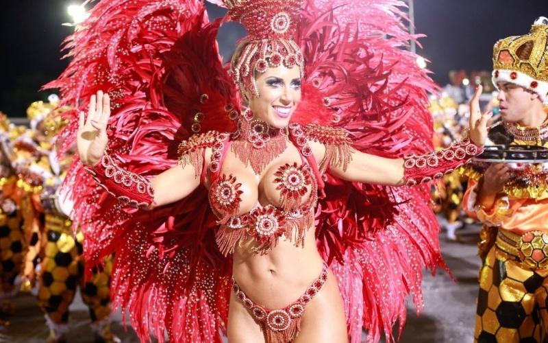 2.mar.2014 - A rainha da bateria Tati Minerato