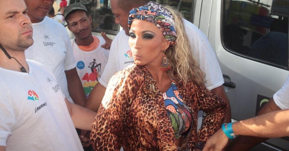1.mar.2014 - Valesca Popozuda chega para cantar no trio de Claudia Leitte no Circuito Osmar (Campo Grande)