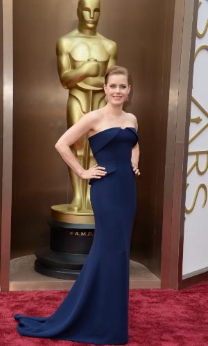 """2.mar.2014 - Indicada ao prêmio de Melhor Atriz por sua atuação em """"Trapaça"""", Amy Adams chega ao tapete vermelho do Dolby Theatre"""