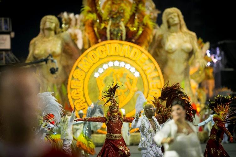 """2.mar.2014 - O carro abre-alas da Mocidade Alegre, intitulado """"A Chama da Fé Ardente""""; escola foi campeã das últimas duas edições do Carnaval paulistano"""