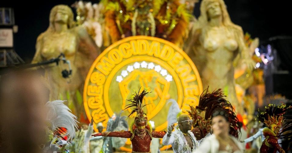 """2.mar.2013 - O carro abre-alas da Mocidade Alegre, intitulado """"A Chama da Fé Ardente""""; escola foi campeã das últimas duas edições do Carnaval paulistano"""