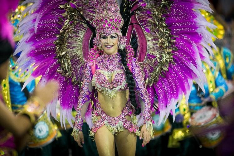 2.mar.2014 - Aline Oliveira, rainha de bateria da Mocidade Alegre