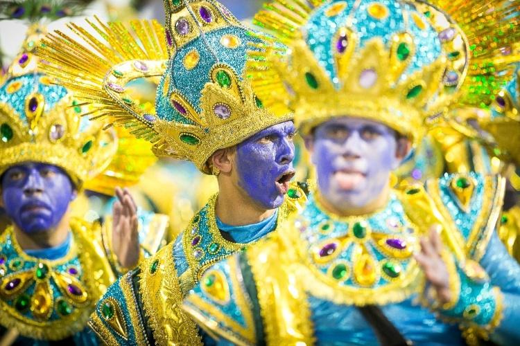 2.mar.2014 - Integrantes da Mocidade Alegre durante o desfile da escola no Sambódromo do Anhembi