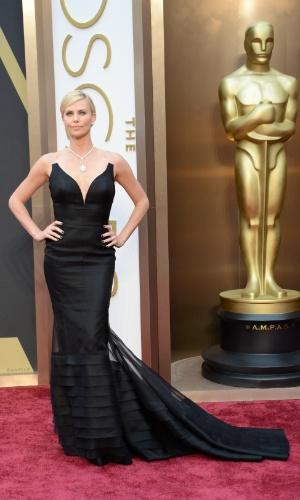 2.mar.2014 - A atriz Charlize Theron posa para fotos ao chegar ao Oscar 2014