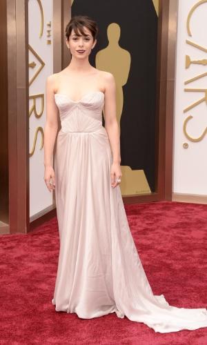 2.mar.2014 - A atriz Cristin Milioti chega ao tapete vermelho