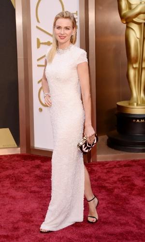 2.mar.2014 - A atriz Naomi Watts é fotografada ao chegar à 86ª edição do Oscar