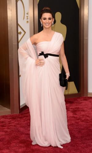 2.mar.2014 - A atriz Penélope Cruz chega ao Oscar 2014