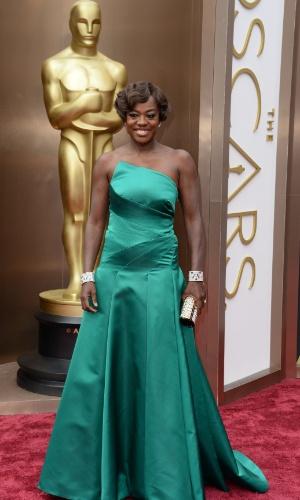 2.mar.2014 - A atriz Viola Davis chega ao tapete vermelho do Dolby Theatre