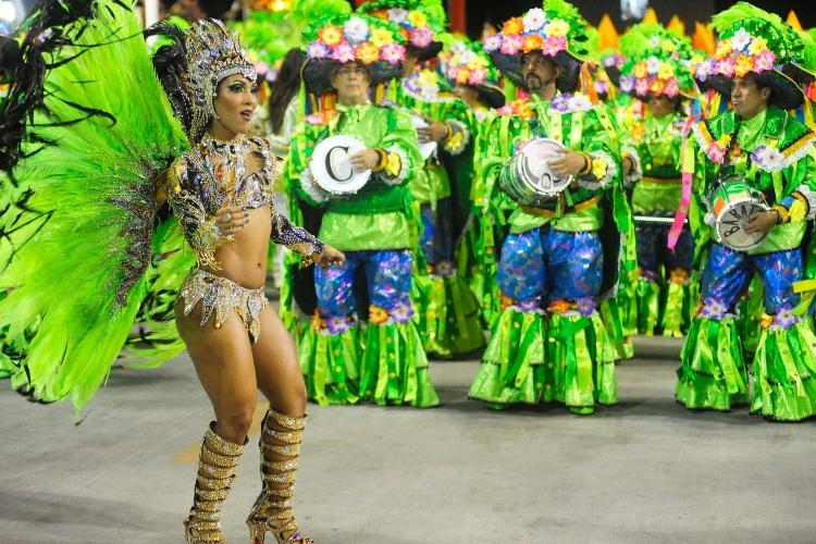 2.mar.2014 - A bateria da Império da Tijuca observa sua rainha, Laynara Teles, durante o desfile da escola na Sapucaí