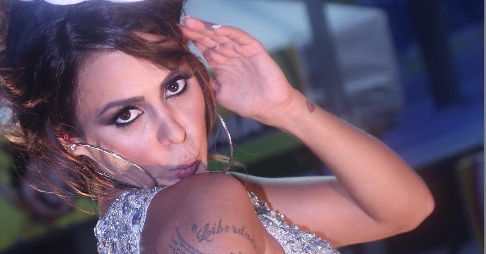 """2.mar.2014 - A cantora Alinne Rosa faz """"beijinho no ombro"""" durante show do Cheiro de Amor na tarde deste domingo (2) no circuito Osmar (Campo Grande), em Salvador"""