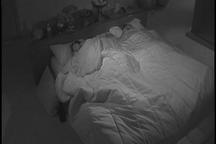 2.mar.2014 - Angela dorme de conchinha com Marcelo no quarto da líder Tatiele