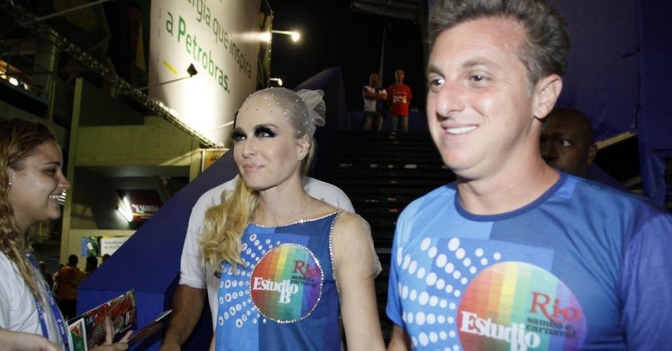 2.mar.2014 - Angélica, com maquiagem marcadíssima nos olhos, e Luciano Huck chegam juntos a Sapucaí, no Rio