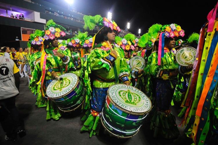 2.mar.2014 - Bateria da Império da Tijuda, durante o desfile da escola na Sapucaí