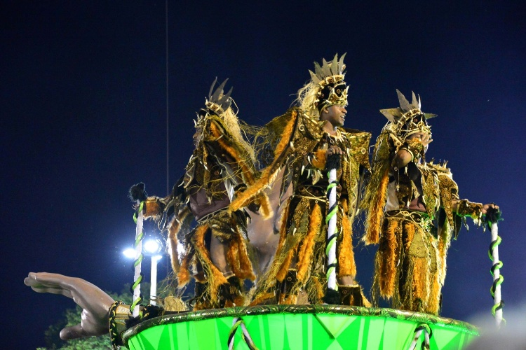 2.mar.2014 - Carro da Império da Tijuca durante o desfile da escola na Sapucaí, no primeiro dia de desfiles do Carnaval carioca