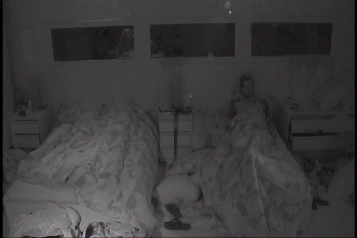 2.mar.2014 - Cássio dorme sentado na cama após ir ao banheiro e produção fechar a porta da festa. O brother ficou enfurecido com o ocorrido