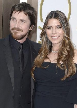 Christian Bale e Sibi Blazic posam para fotos no tapete vermelho do Oscar 2014