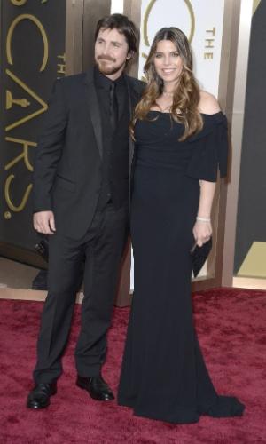 """2.mar.2014 - Christian Bale, indicado ao prêmio de Melhor Ator por """"Trapaça"""", chega ao tapete vermelho com sua mulher, Sibi Blazic"""