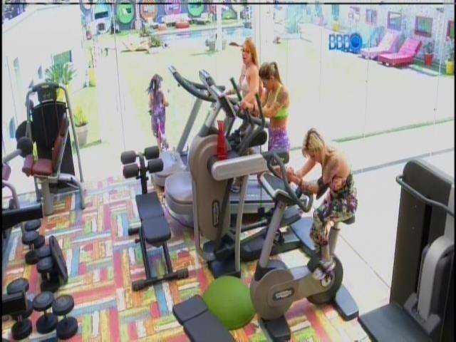 2.mar.2014 - Clara, Vanessa e Aline fazem esteira e jumping na academia