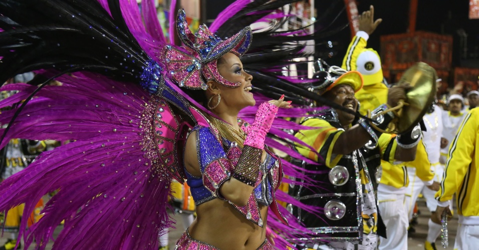 2.mar.2014 - Com samba-enredo