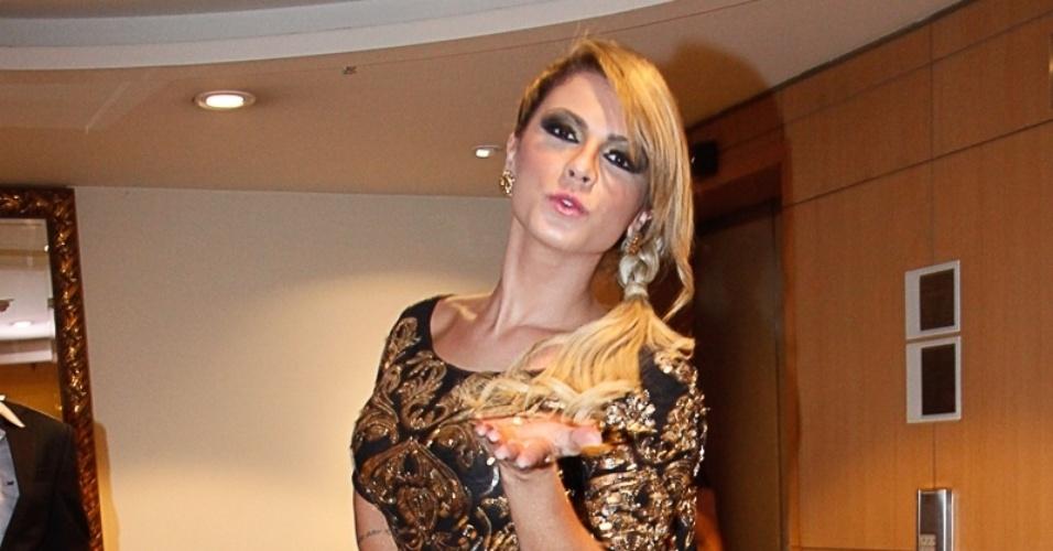 2.mar.2014 - Com vestido brilhante e curto, a ex-panicat Babi Rossi chega para curtir o Carnaval em camarote de São Paulo