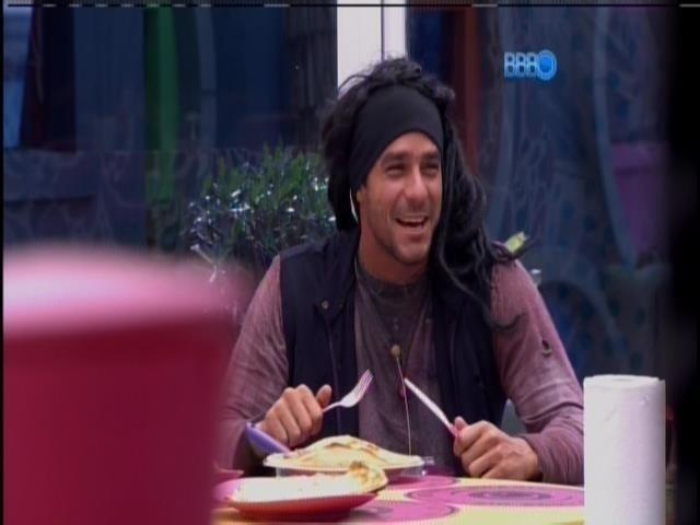 2.mar.2014 - Cumprindo o castigo do monstro, Diego senta para comer na casa