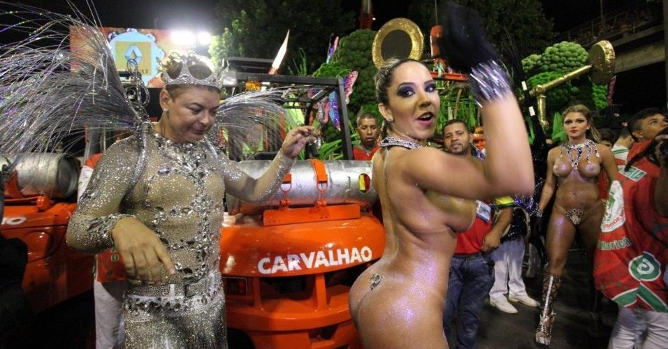 2.mar.2014 - David Brazil observa os atributos da Mulher Melão na concentração da Grande Rio