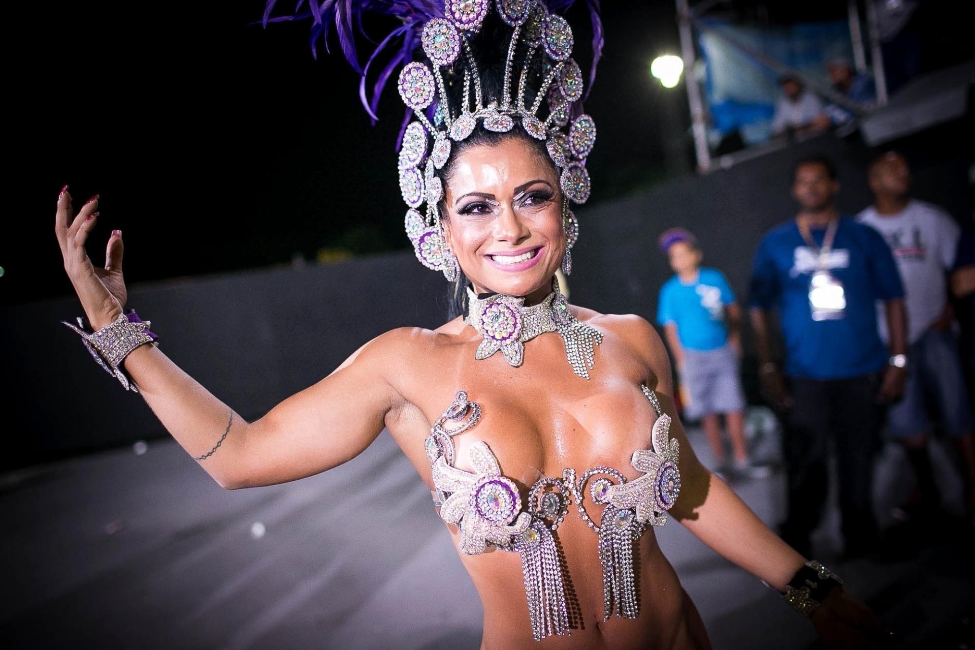 2.mai.2014 - Dani Sperle samba pela Nenê de Vila Matilde