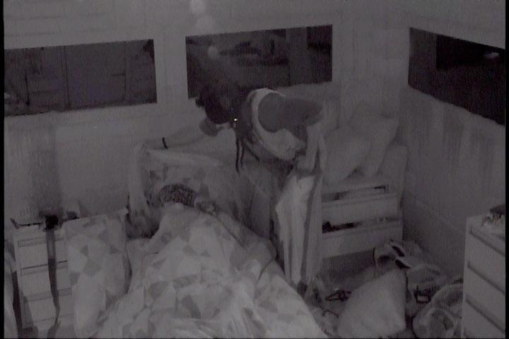 2.mar.2014 - Diego é acordado por sons de gritos de zumbis para realizar o monstro e importuna Cássio que dorme