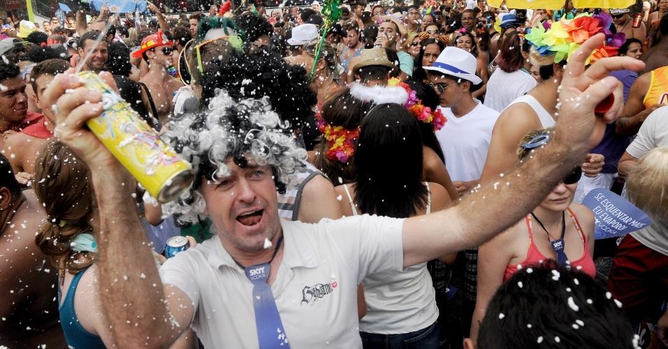 2.mar.2014 - Espuma toma conta das ruas de Ipanema durante passagem do Simpatia é Quase Amor