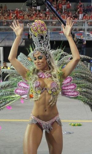 2.mar.2014 - Ex-Panicat Carol Narizinho exibe sua ótima forma durante desfile da Império de Casa Verde