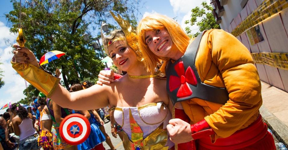 2.mar.2014 - Foliões se fantasiam de She-Ra e He-Man para curtirem o bloco Enquanto Isso Na Sala da Justiça, em Olinda (PE)