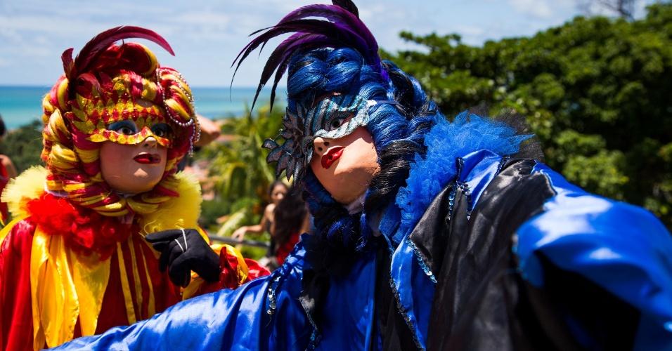2.mar.2014 - Foliões usam fantasias de Carnaval veneziano no bloco Enquanto Isso na Sala da Justiça que acontece todos os anos em Olinda (PE)
