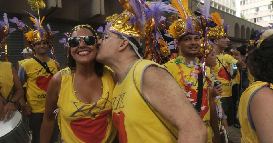 2.mar.2014 - Foliona ganha beijo enquanto desfile no Simpatia é Quase Amor