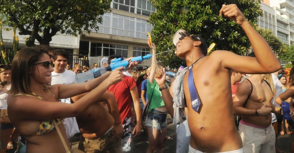 2.mar.2014 - Foliona mira boca de amigo para atirar com arma de água