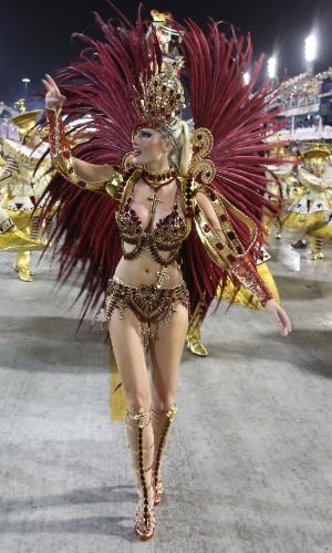 2.mar.2014 - Bárbara Evans desfila pela Grande Rio na Sapucaí