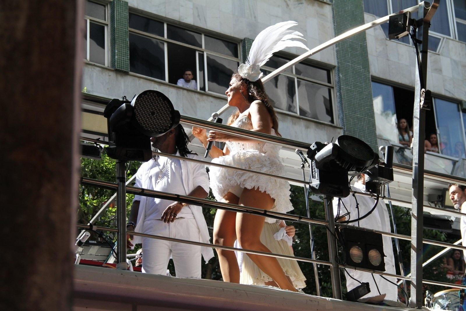 2.mar.2014 - Supostamente grávida de três meses, Ivete Sangalo se apresenta no bloco Coruja, em Salvador. Segundo o site Glamurama, a cantora espera seu segundo filho com o marido, o nutricionista Daniel Cady