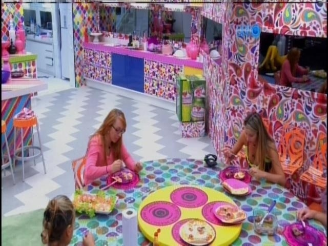 2.mar.2014 - Grupo roxo almoça na casa grande