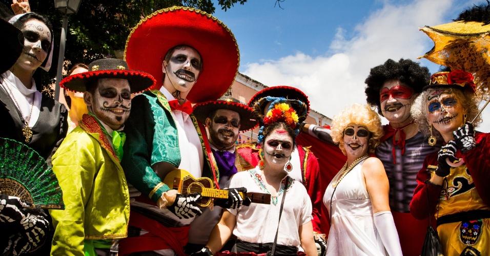 2.mar.2014 - Grupo usa fantasias e maquiagens que fazem referência ao Dia dos Mortos mexicano