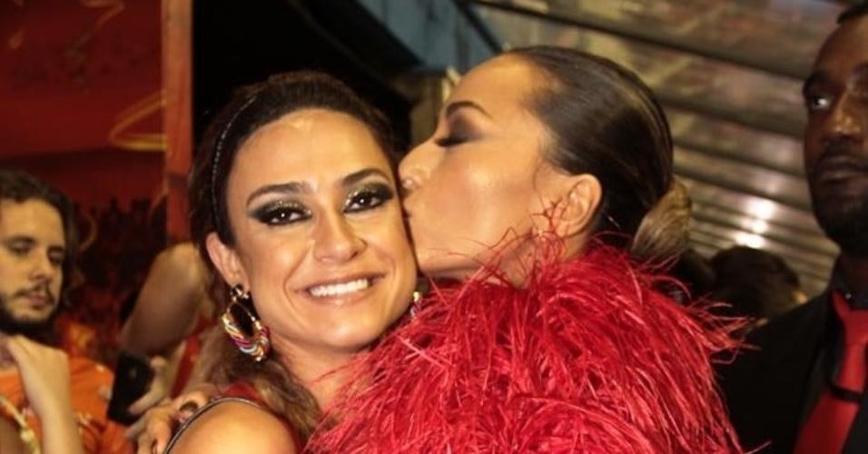 2.mar.2014 - Madrinha da Gaviões da Fiel, Sabrina Sato dá beijo no rosto da atriz Thaila Ayala, que também desfilou pela escola, em um camarote em São Paulo