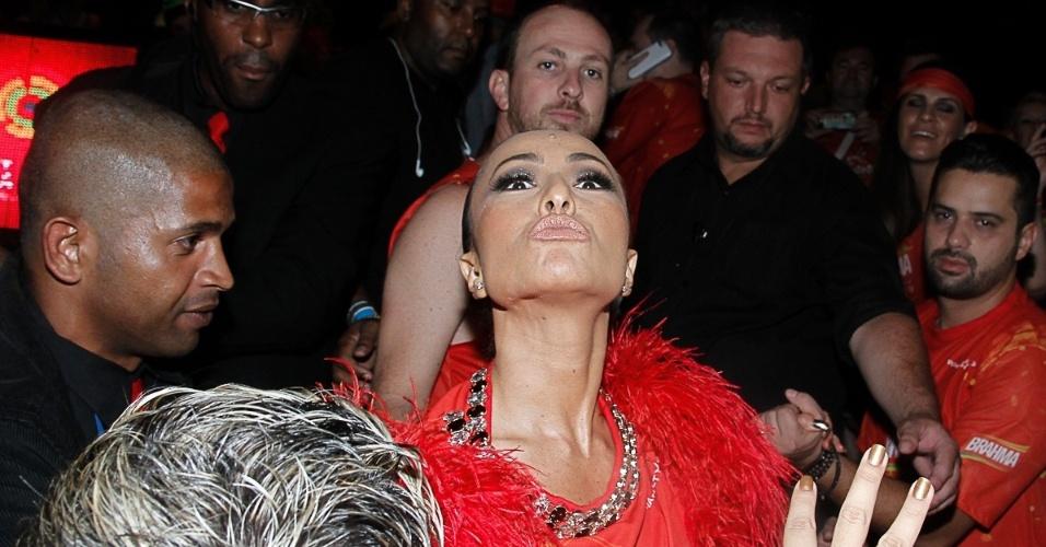 2.mar.2014 - Madrinha da Gaviões da Fiel, Sabrina Sato é assediada por fãs e jornalistas ao chegar em camarote em São Paulo. A apresentadora da Record enviou beijos aos fotógrafos