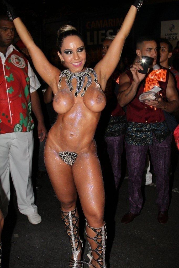 2.mar.2014 - Mulher Melão mostra que desfilará quase nua para a Grande Rio