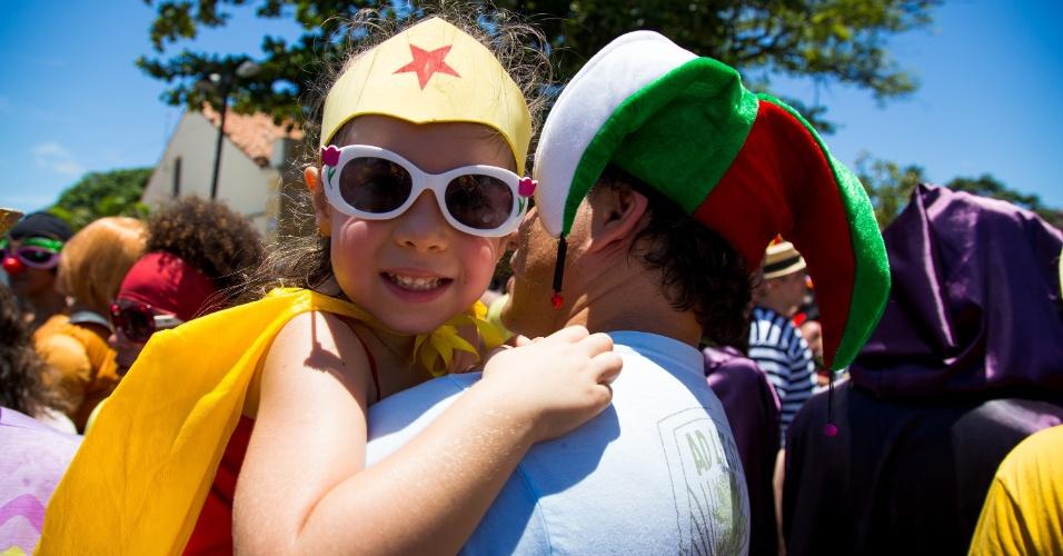 2.mar.2014 - O bloco Enquanto Isso na Sala da Justiça é marcado principalmente por fantasias que fazem referências a super-heróis como a Mulher Maravilha, aqui em versão infantil