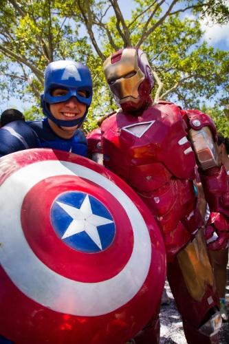 2.mar.2014 - O bloco Enquanto Isso na Sala da Justiça é marcado principalmente por fantasias que fazem referências a super-heróis como o Capitão América e o Homem de Ferro