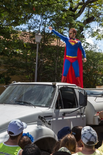 2.mar.2014 - O bloco Enquanto Isso na Sala da Justiça é marcado principalmente por fantasias que fazem referências a super-heróis como o Super Homem