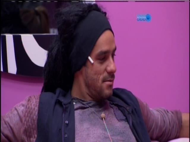 """2.mar.2014 - """"Olha a mendiga que arrumei"""", brinca Diego com Franciele"""