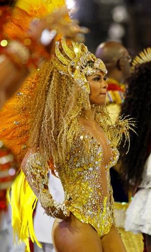 2.mar.2014 -Milena Nogueira, a rainha da bateria da  Águia de Ouro, caminha pela avenida