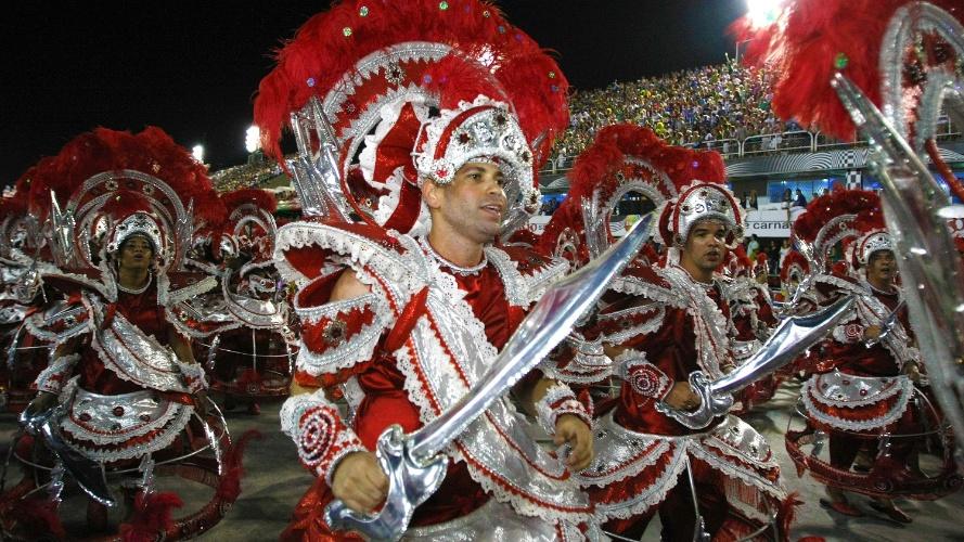 2.mar.2014 - Passistas da Império da Tijuca desfilam empunham espada durante o desfile da escola na Sapucaí